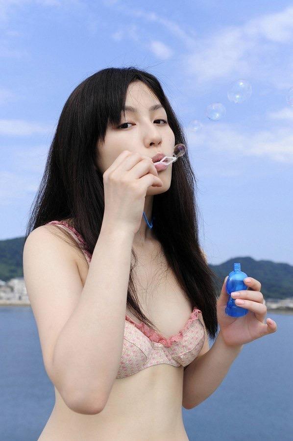 【平田薫グラビア画像】専属モデル出身の美人女優が魅せる可愛くてちょっとだけセクシーなビキニ水着姿 37