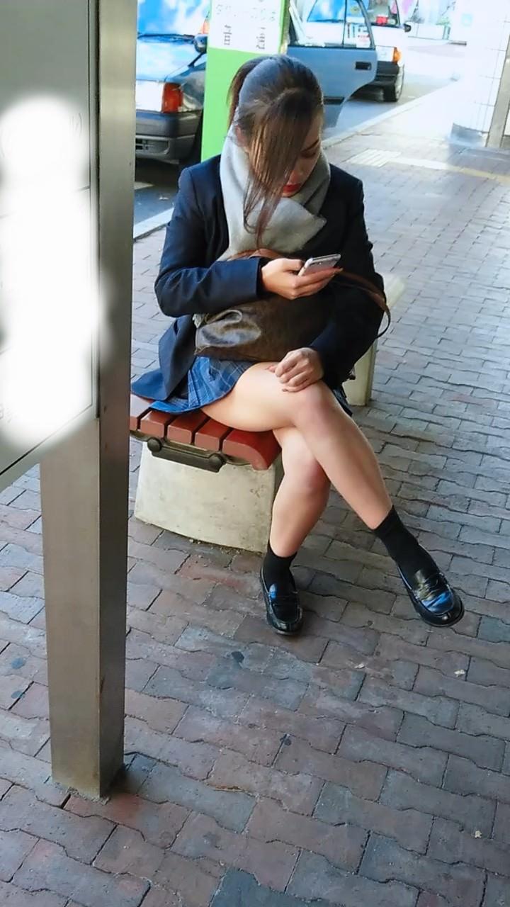 【素人JK盗撮画像】街行くJK達のピチピチな太ももと眩しすぎるパンチラを画像でじっくり見たい! 51