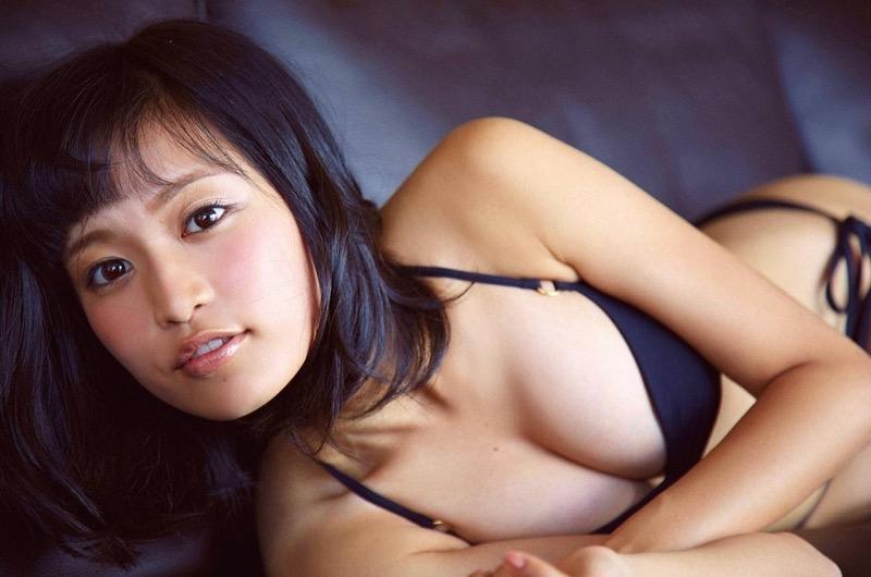 【小島瑠璃子グラビア画像】芸能活動10周年を迎えた童顔系マルチタレントの意外にエロいEカップボディ