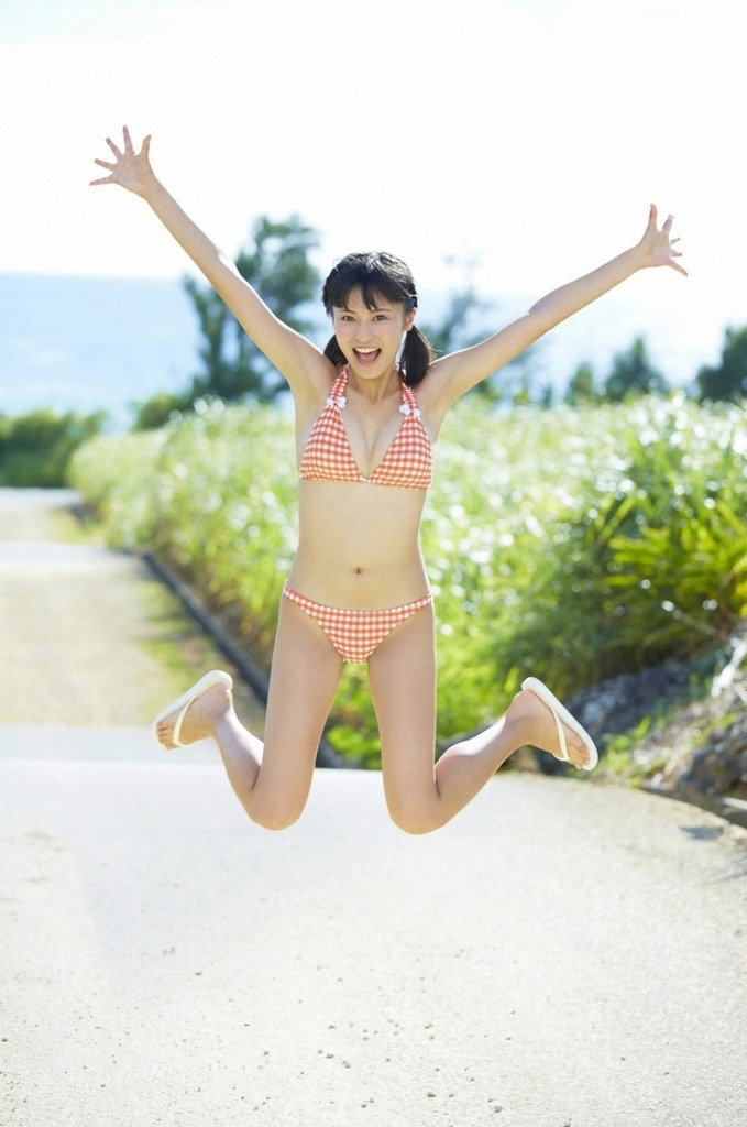 【小島瑠璃子グラビア画像】芸能活動10周年を迎えた童顔系マルチタレントの意外にエロいEカップボディ 29