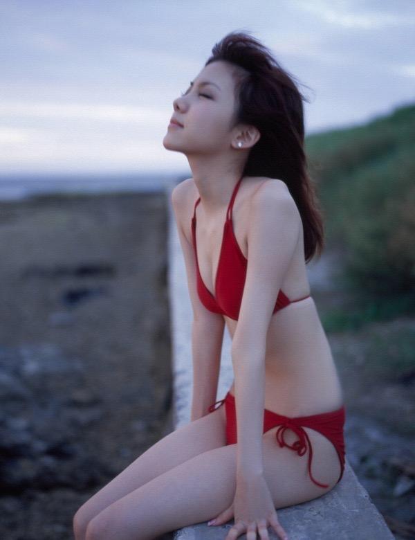 【田中れいなグラビア画像】13歳でモー娘アイドルになった女の子が披露したちょっとエッチなビキニ姿 08