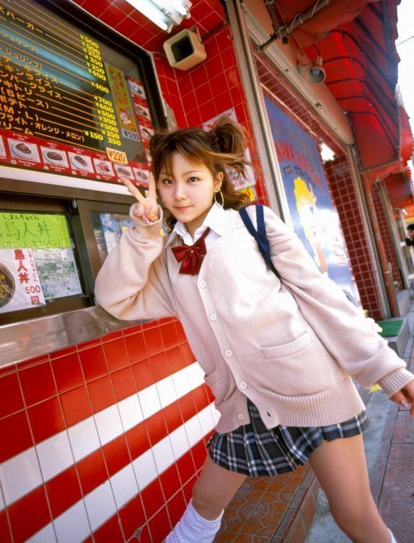 【田中れいなグラビア画像】13歳でモー娘アイドルになった女の子が披露したちょっとエッチなビキニ姿 13