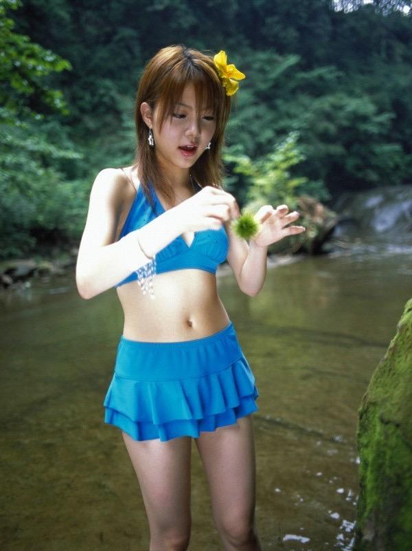 【田中れいなグラビア画像】13歳でモー娘アイドルになった女の子が披露したちょっとエッチなビキニ姿 23