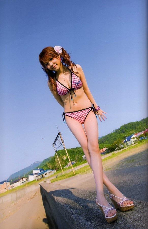 【田中れいなグラビア画像】13歳でモー娘アイドルになった女の子が披露したちょっとエッチなビキニ姿 45