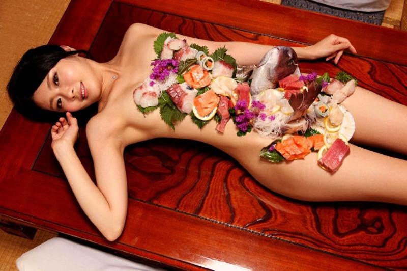 【女体盛りエロ画像】危険!肌を大皿代わりに直接お刺身を乗っけて食べたら食中毒になるかも!?