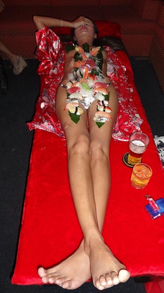 【女体盛りエロ画像】危険!肌を大皿代わりに直接お刺身を乗っけて食べたら食中毒になるかも!? 10