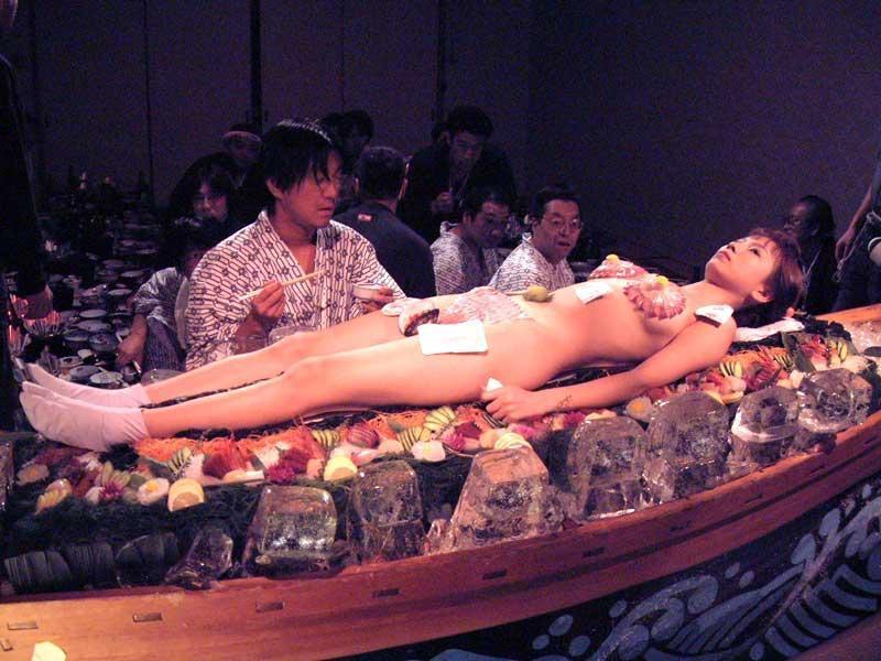 【女体盛りエロ画像】危険!肌を大皿代わりに直接お刺身を乗っけて食べたら食中毒になるかも!? 34
