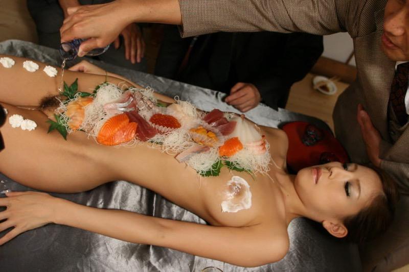 【女体盛りエロ画像】危険!肌を大皿代わりに直接お刺身を乗っけて食べたら食中毒になるかも!? 45