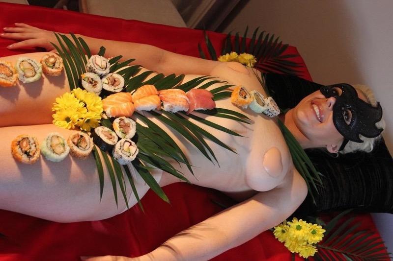 【女体盛りエロ画像】危険!肌を大皿代わりに直接お刺身を乗っけて食べたら食中毒になるかも!? 52