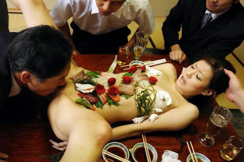 【女体盛りエロ画像】危険!肌を大皿代わりに直接お刺身を乗っけて食べたら食中毒になるかも!? 60