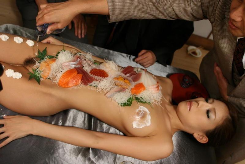 【女体盛りエロ画像】危険!肌を大皿代わりに直接お刺身を乗っけて食べたら食中毒になるかも!? 67