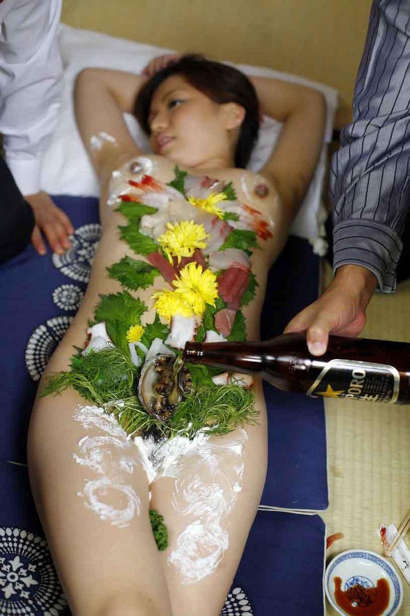 【女体盛りエロ画像】危険!肌を大皿代わりに直接お刺身を乗っけて食べたら食中毒になるかも!? 72