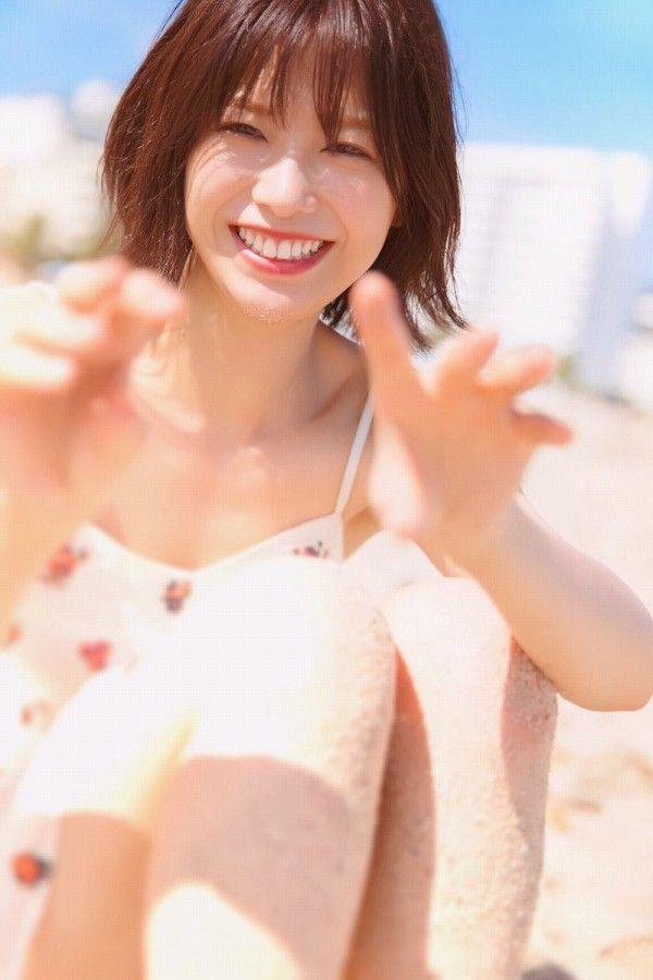 【渡邉理佐グラビア画像】可愛さと大人っぽさを合わせ持つ櫻坂46アイドルのセクシーなビキニ姿がエロい 23