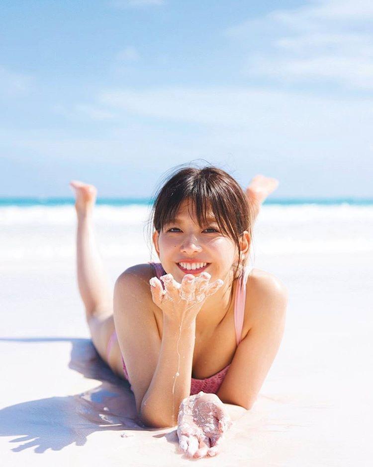 【渡邉理佐グラビア画像】可愛さと大人っぽさを合わせ持つ櫻坂46アイドルのセクシーなビキニ姿がエロい 29