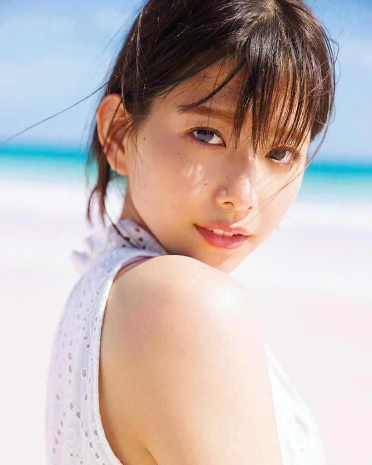 【渡邉理佐グラビア画像】可愛さと大人っぽさを合わせ持つ櫻坂46アイドルのセクシーなビキニ姿がエロい 32