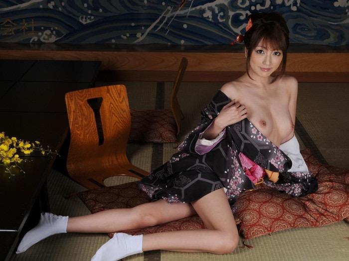 【温泉旅館エロ画像】一度は温泉旅館で着物美人のエロい女将さんとセックスしてみてぇなぁ〜wwww 05