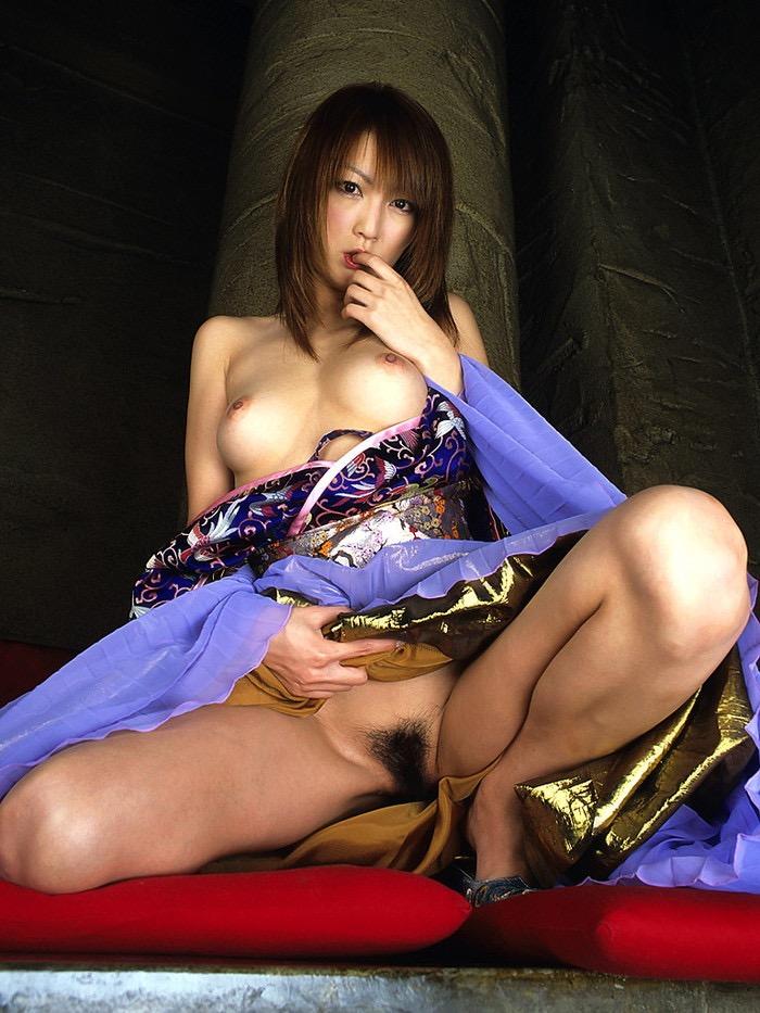 【温泉旅館エロ画像】一度は温泉旅館で着物美人のエロい女将さんとセックスしてみてぇなぁ〜wwww 24