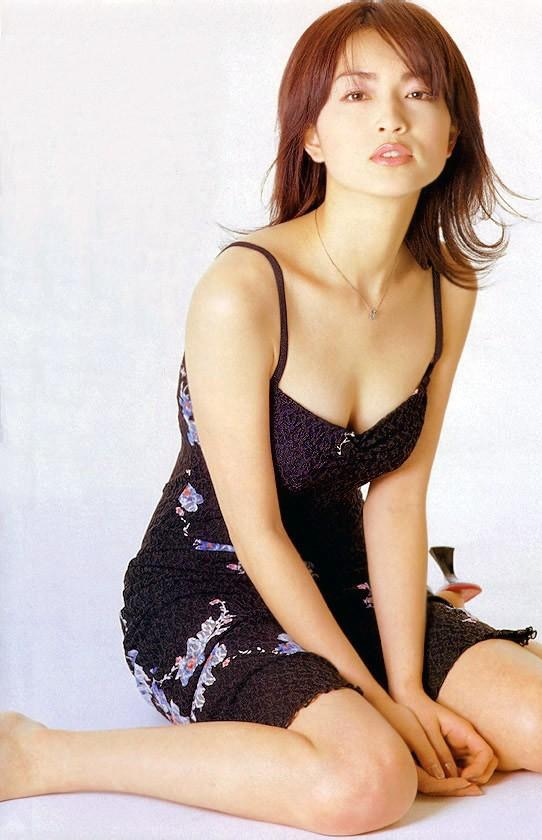 【長谷川京子エロ画像】芸歴20年超えのセクシーな美熟女が魅せるセクシーなグラビアや濡れ場シーン 23