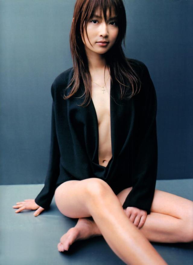 【長谷川京子エロ画像】芸歴20年超えのセクシーな美熟女が魅せるセクシーなグラビアや濡れ場シーン 29