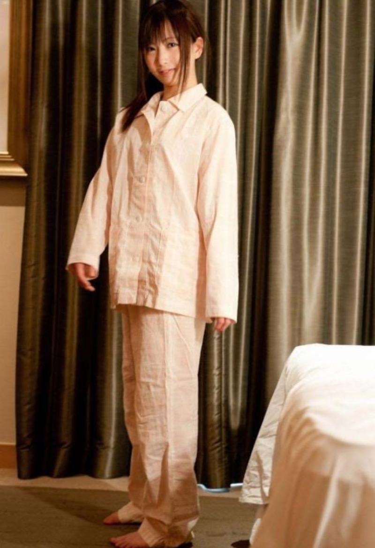 【寝間着エロ画像】彼女がこんなエッチな格好でベッドに居たら即セックスするわwwww 49