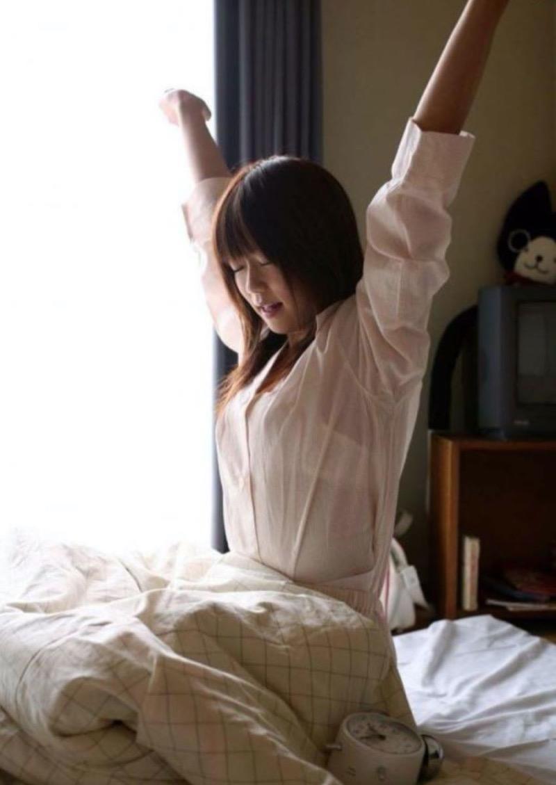 【寝間着エロ画像】彼女がこんなエッチな格好でベッドに居たら即セックスするわwwww 59