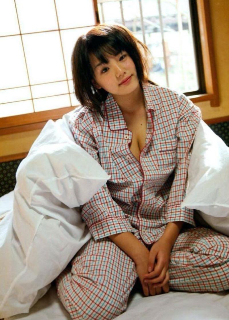 【寝間着エロ画像】彼女がこんなエッチな格好でベッドに居たら即セックスするわwwww 61