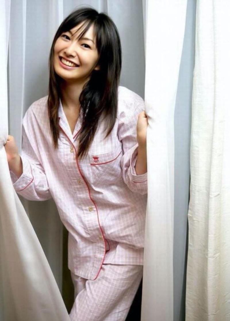 【寝間着エロ画像】彼女がこんなエッチな格好でベッドに居たら即セックスするわwwww 62