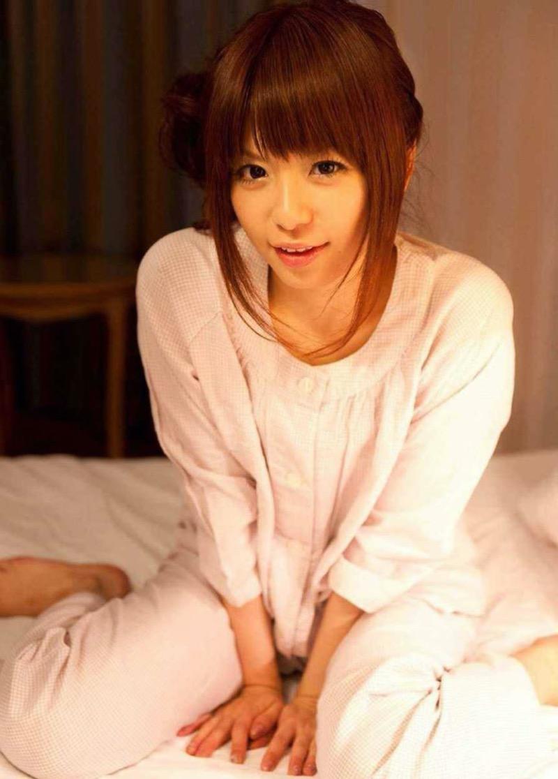 【寝間着エロ画像】彼女がこんなエッチな格好でベッドに居たら即セックスするわwwww 63