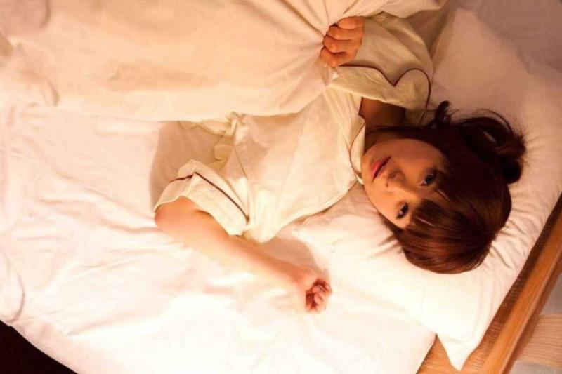 【寝間着エロ画像】彼女がこんなエッチな格好でベッドに居たら即セックスするわwwww 75