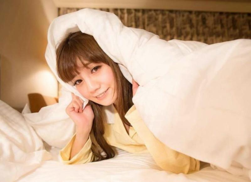 【寝間着エロ画像】彼女がこんなエッチな格好でベッドに居たら即セックスするわwwww 79