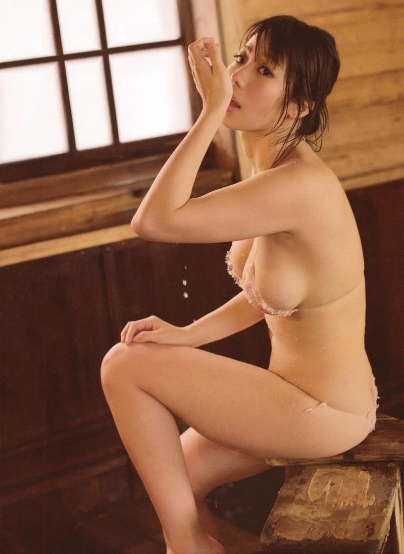 【鈴木ふみ奈エロ画像】爆乳女のたくし上げオッパイも良いけど四つん這いプリケツも結構ヌケるわw 54