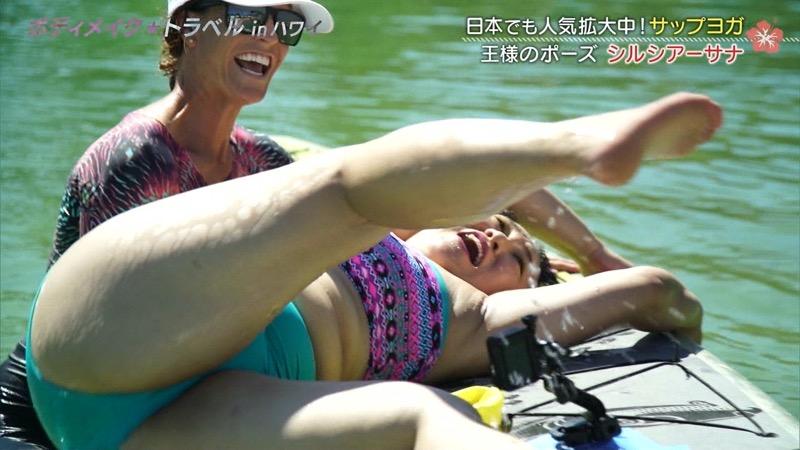 【旅番組キャプ画像】ハプニング待ちかのような演出でまんまと谷間を晒してしまう女性タレントたち 39