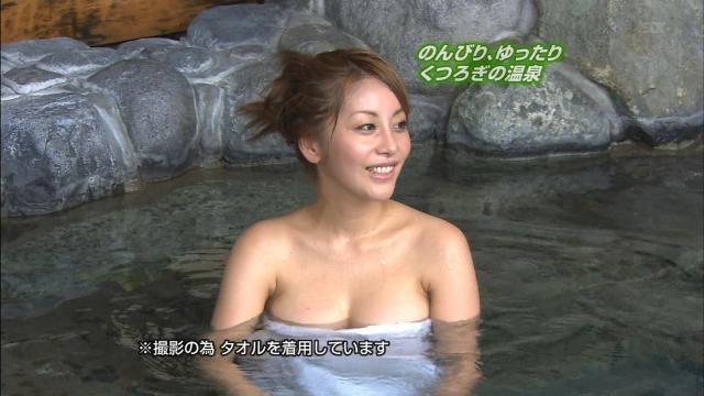 【旅番組キャプ画像】ハプニング待ちかのような演出でまんまと谷間を晒してしまう女性タレントたち 57