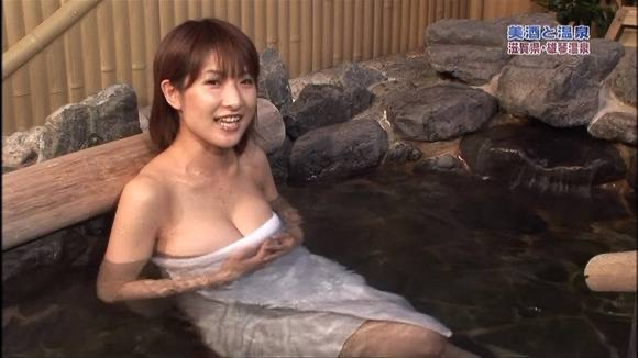 【旅番組キャプ画像】ハプニング待ちかのような演出でまんまと谷間を晒してしまう女性タレントたち 71