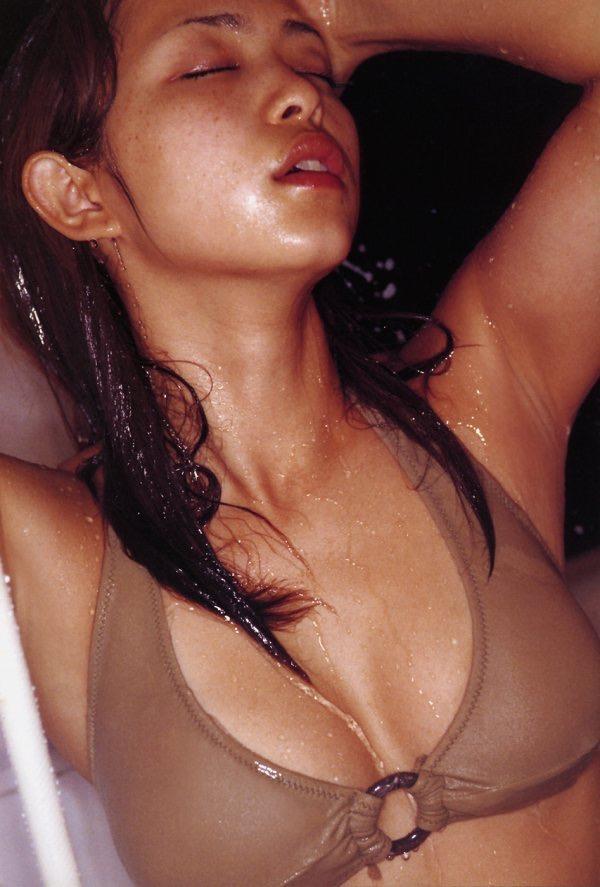 【岩佐真悠子グラビア画像】熟れた女優が若い頃に披露していたスタイル抜群なビキニ姿が結構エロい 72