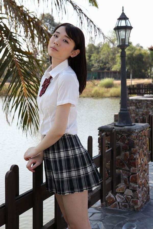 【末永みゆグラビア画像】ハイレグ水着をマンコに食い込ませて縦スジ作っちゃってエッチな娘だなw 16