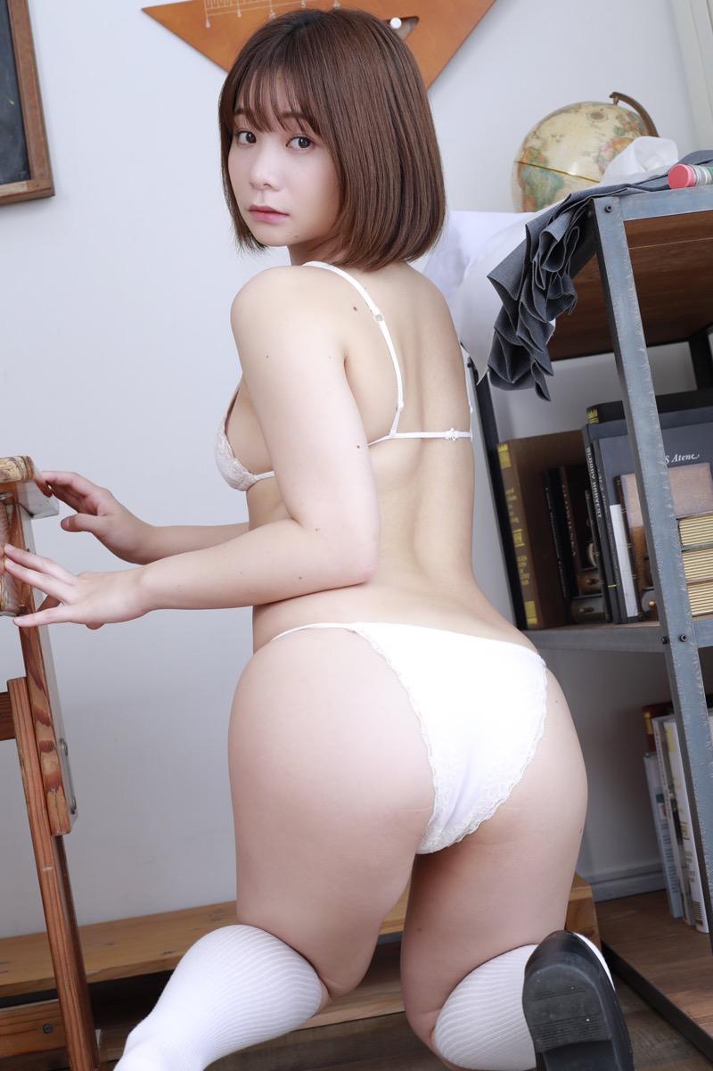 【真奈エロ画像】おっぱいが小さいBカップスレンダーボディでもお尻の大きさがとても魅力的! 13
