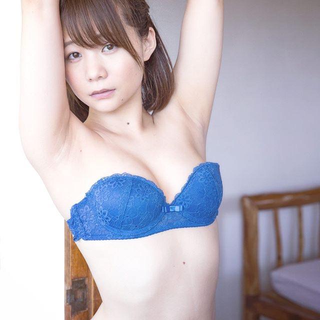 【真奈エロ画像】おっぱいが小さいBカップスレンダーボディでもお尻の大きさがとても魅力的! 22