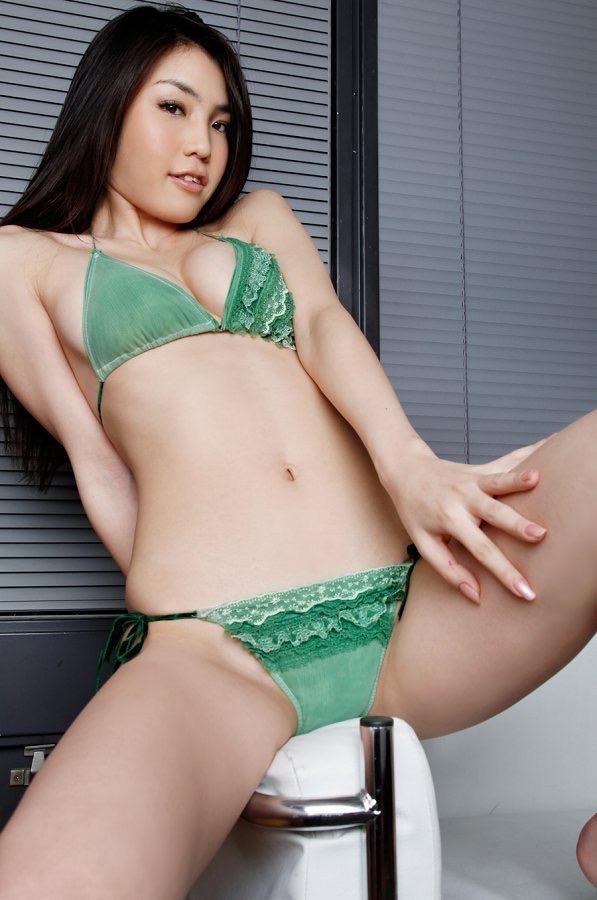 【澤木律沙グラビア画像】ジュリアナで踊っていたエロギャルを思わせるセクシーグラドルの水着姿 17