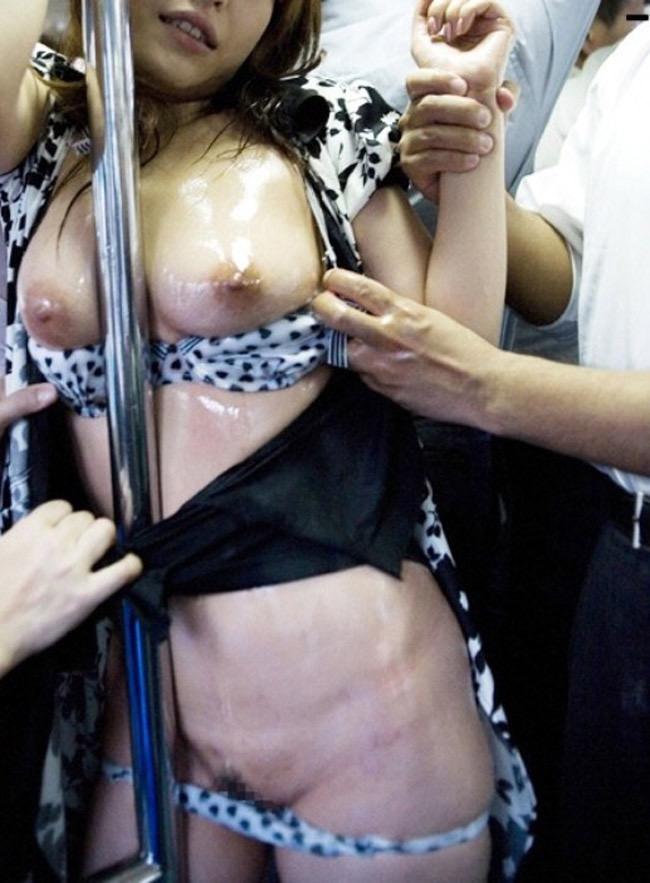 【痴漢エロ画像】恐怖で声が出ない…か弱い女性のカラダにイヤラシイ事をしまくる卑劣な痴漢行為 10