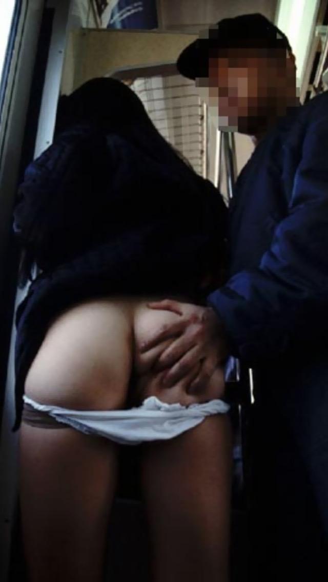 【痴漢エロ画像】恐怖で声が出ない…か弱い女性のカラダにイヤラシイ事をしまくる卑劣な痴漢行為 23