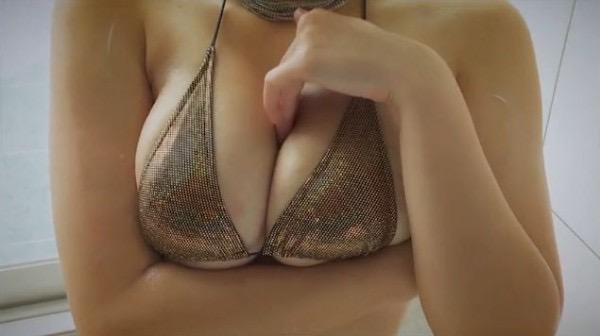 【山本ゆうエロ画像】ビキニからはみ出しそうなHカップ爆乳がめちゃシコ過ぎるショートカットのお姉さん 37