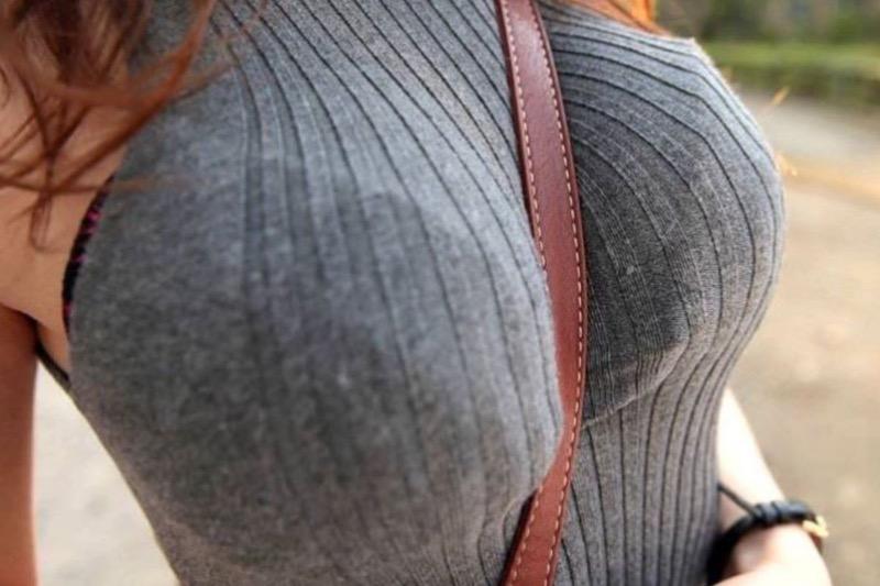 【ニットおっぱい画像】ヘタな全裸よりもよっぽどエロいニットセーター越しの大きな胸の膨らみwwww