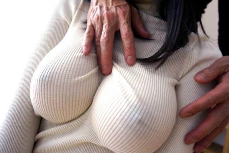 【ニットおっぱい画像】ヘタな全裸よりもよっぽどエロいニットセーター越しの大きな胸の膨らみwwww 05