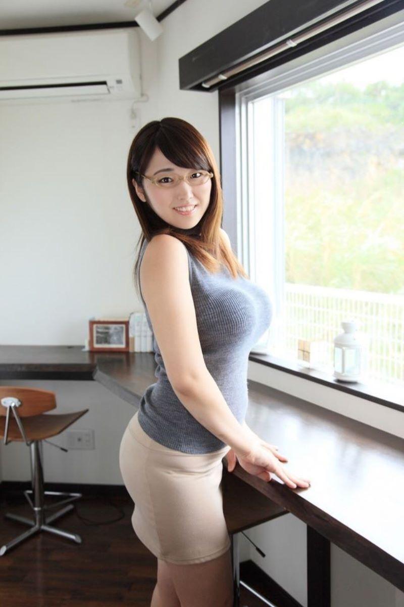 【ニットおっぱい画像】ヘタな全裸よりもよっぽどエロいニットセーター越しの大きな胸の膨らみwwww 16