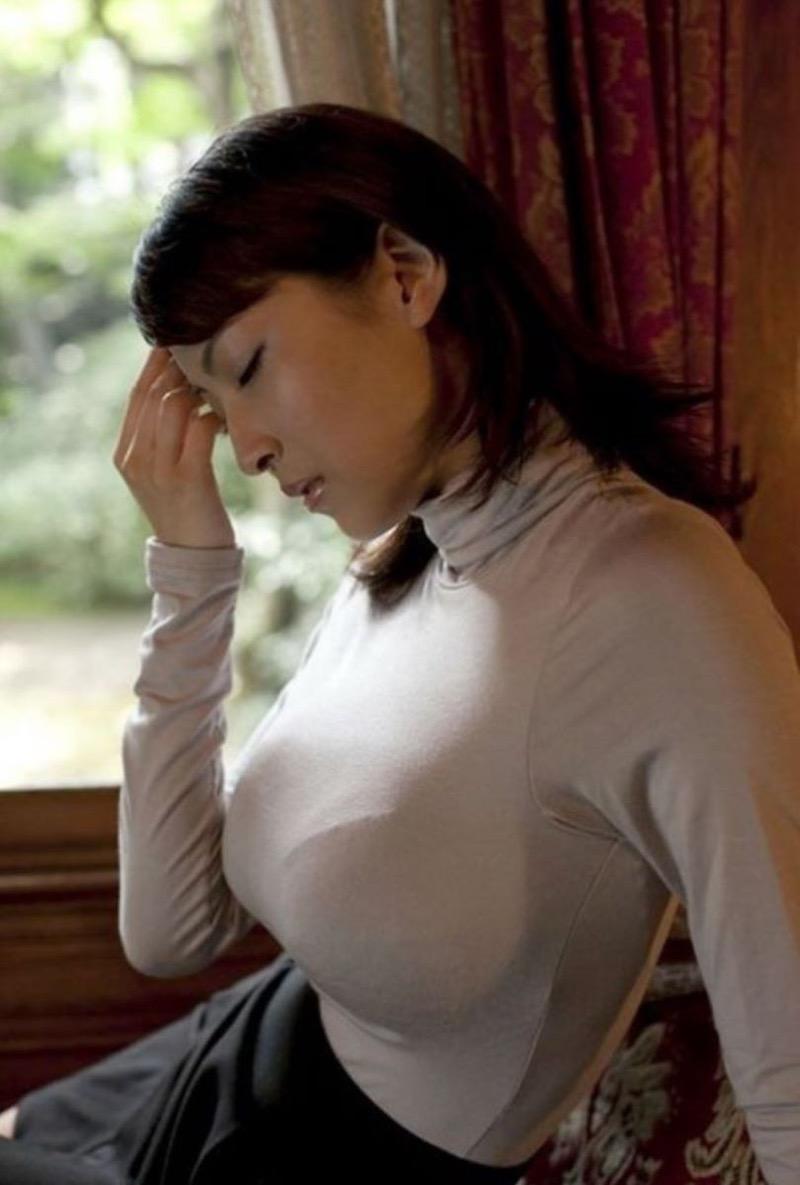 【ニットおっぱい画像】ヘタな全裸よりもよっぽどエロいニットセーター越しの大きな胸の膨らみwwww 32