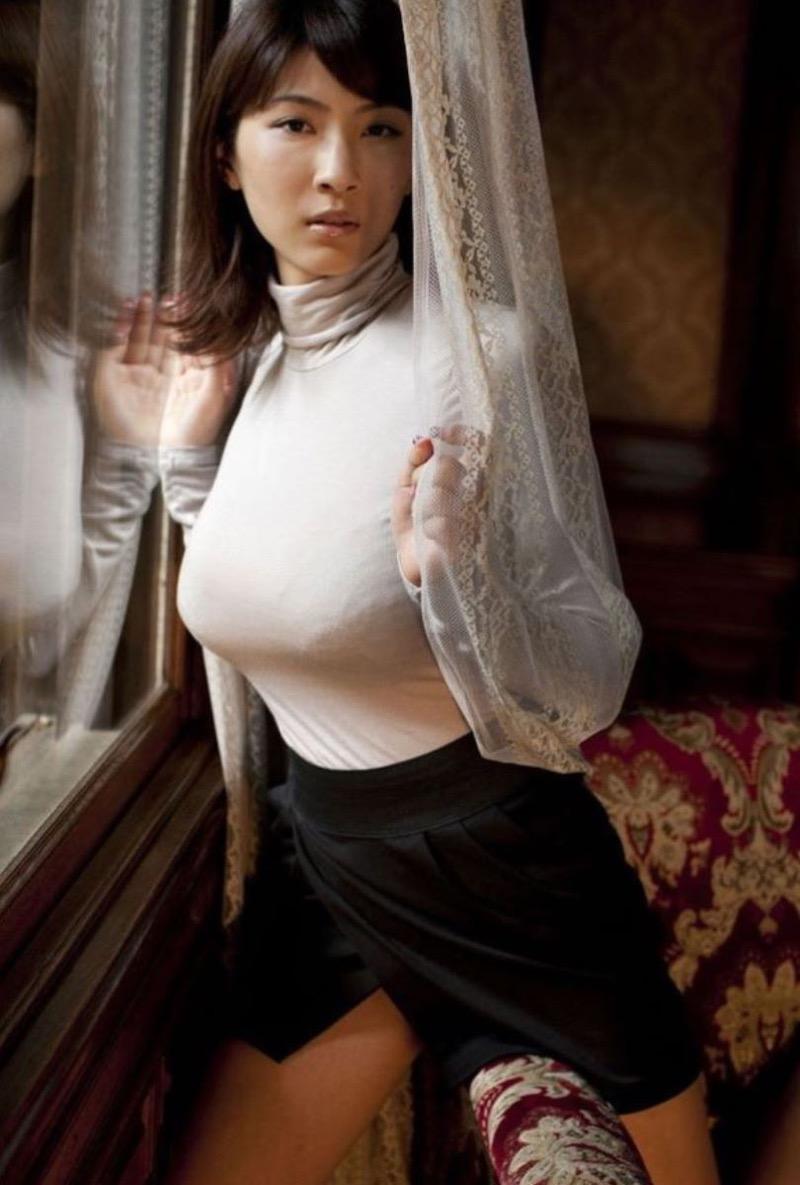 【ニットおっぱい画像】ヘタな全裸よりもよっぽどエロいニットセーター越しの大きな胸の膨らみwwww 36