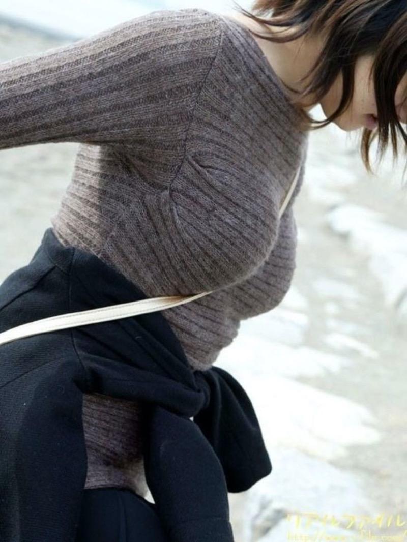 【ニットおっぱい画像】ヘタな全裸よりもよっぽどエロいニットセーター越しの大きな胸の膨らみwwww 76