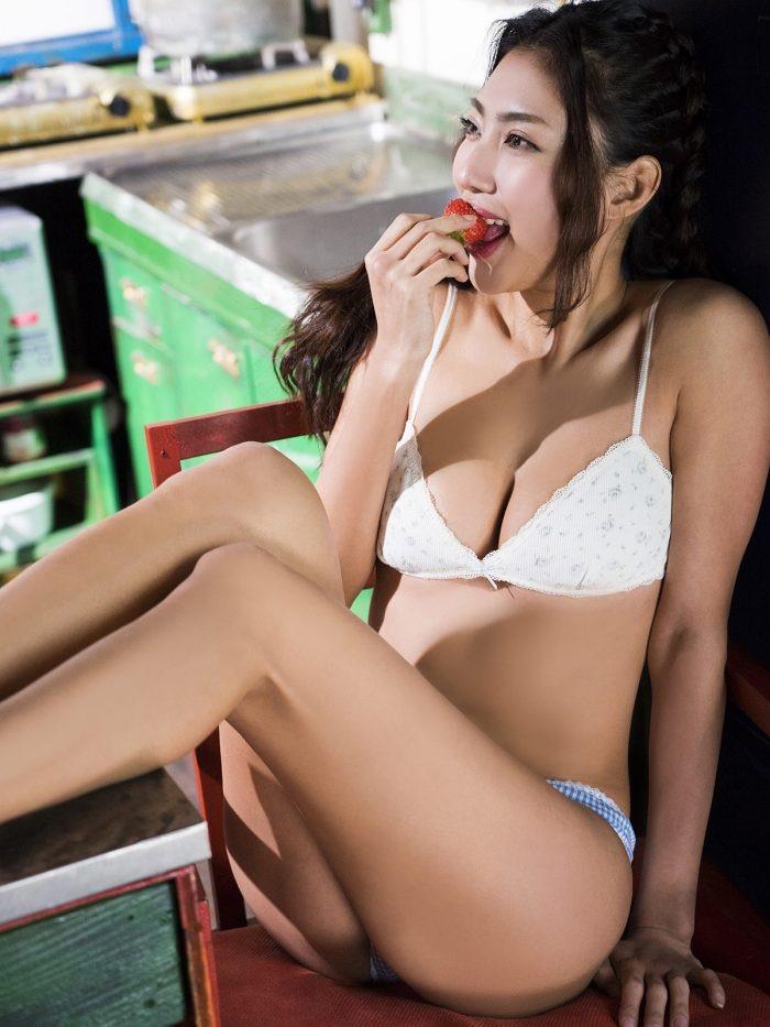 【青山めぐグラビア画像】会社勤めのOLからスカウトでレースクイーンへ転身したセクシースレンダー美女 14