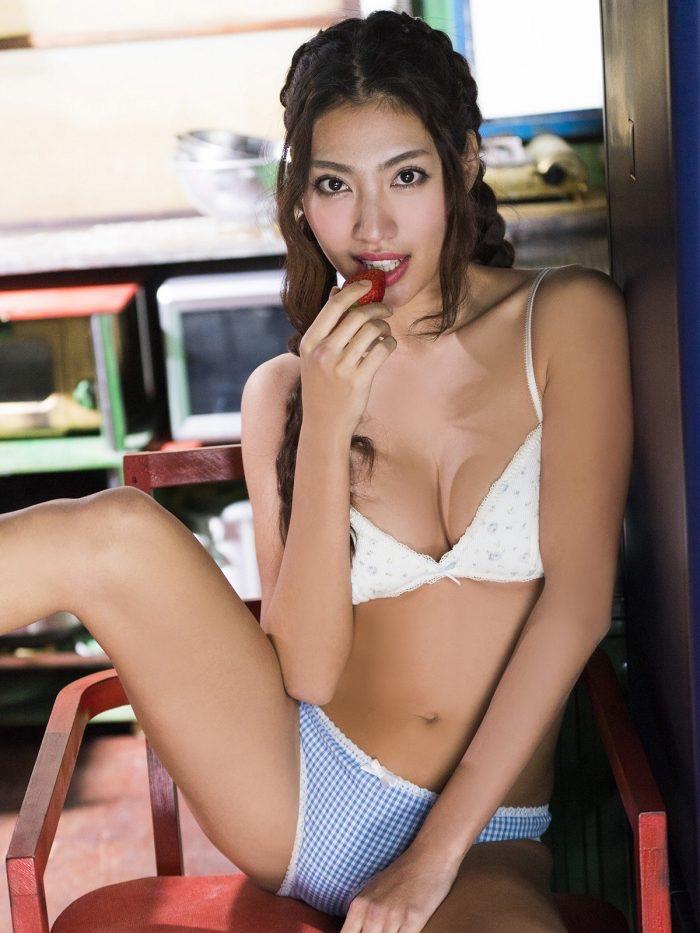 【青山めぐグラビア画像】会社勤めのOLからスカウトでレースクイーンへ転身したセクシースレンダー美女 16